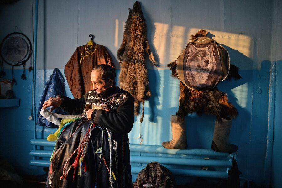 Шаман общества Адыг-Ээрен (Дух медведя) в одной из комнат дома, который занимает шаманское общество в Кызыле