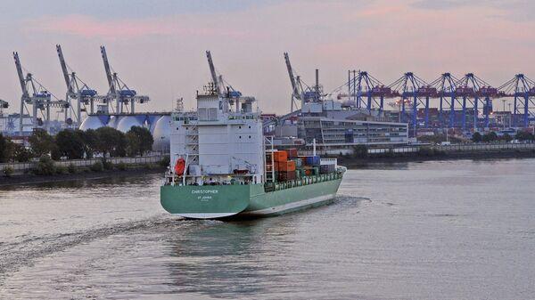 Торговые суда в порту Гамбурга, Германия