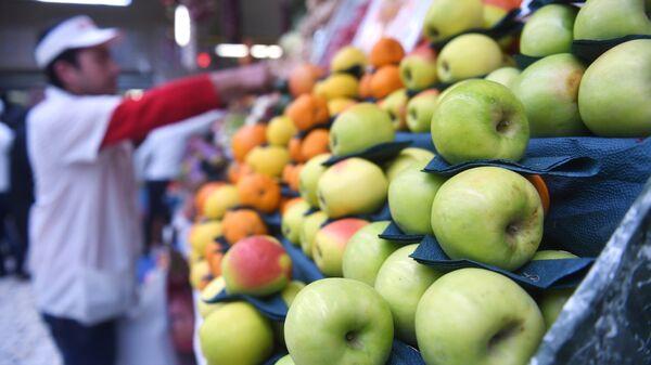 Прилавок с фруктами на Дорогомиловском рынке в Москве. Архивное фото