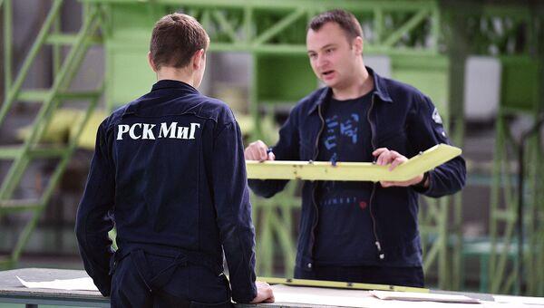 Инженеры в цехе сборки. Архивное фото