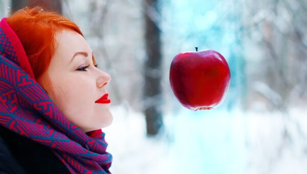 Девушка в зимнем лесу. Архивное фото
