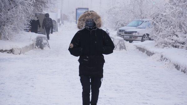 Местные жители на одной из улиц города Якутска