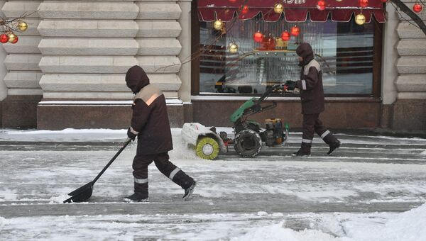 Сотрудники коммунальных служб Москвы во время ликвидации последствий сильного снегопада на Красной площади