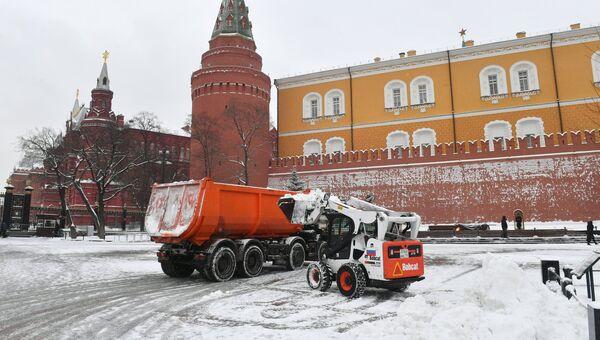Снегоуборочная техника коммунальных служб Москвы во время ликвидации последствий сильного снегопада на Манежной площади возле Могилы Неизвестного Солдата