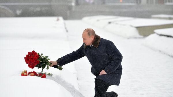 Президент РФ Владимир Путин на церемонии возложения цветов к монументу Мать-Родина на Пискаревском мемориальном кладбище. Архивное фото