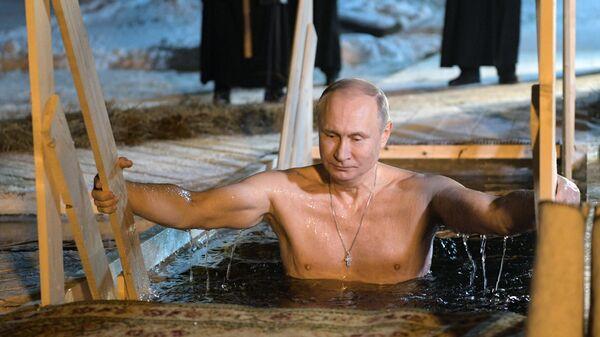 Президент РФ Владимир Путин окунается в иордань во время праздничного купания в православный праздник Крещения Господня