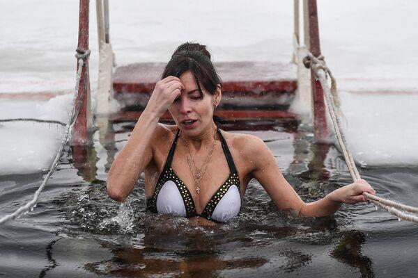 Девушка во время традиционного праздничного купания в Крещение на территории Валдайского Иверского Святоозерского Богородицкого мужского монастыря в Новгородской области