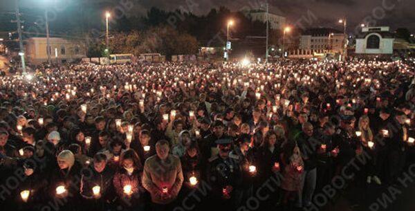 Молодежь Москвы зажгла свечи в память о погибших в Южной Осетии