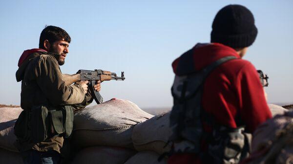 Бойцы Свободной сирийской армии стреляют в позиции курдов в районе Африн. 20 января 2018