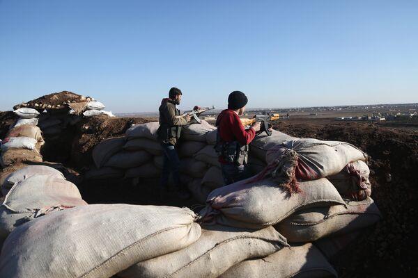 Бойцы Свободной сирийской армии стреляют по позициям курдов в районе Африна
