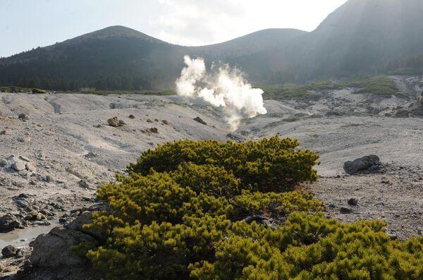 Кальдера вулкана Головнина на правом берегу озера Кипящего на острове Кунашир