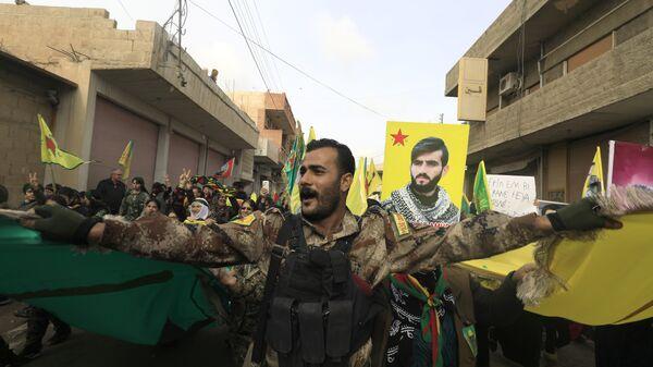 Курдские сылилы самообороны во время демонстрации в городе Амуд против турецкого вторжения в  Африн на границе Сирии и Турции. 21 января 2018