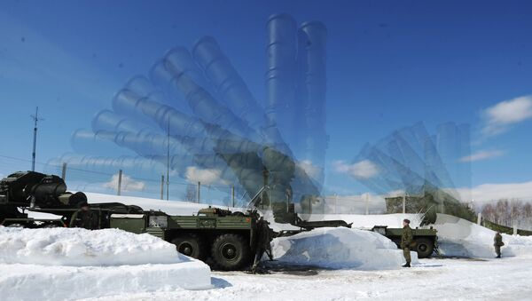 Военнослужащие 4-й бригады ПВО войск Воздушно-космической обороны (ВКО) во время развертывания Пусковой установки зенитной ракетной системы комплекса С-400 Триумф на полигоне в Московской области