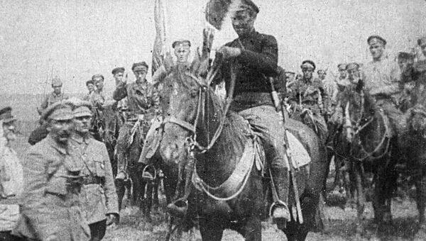 Вручение знамени Первой конной армии. Слева - командиры Первой конной Семен Буденный и Климент Ворошилов
