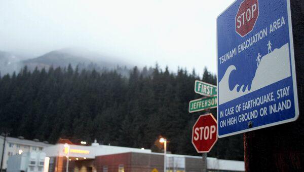 Знак, обозначающий зону эвакуации, на Аляске. Архивное фото