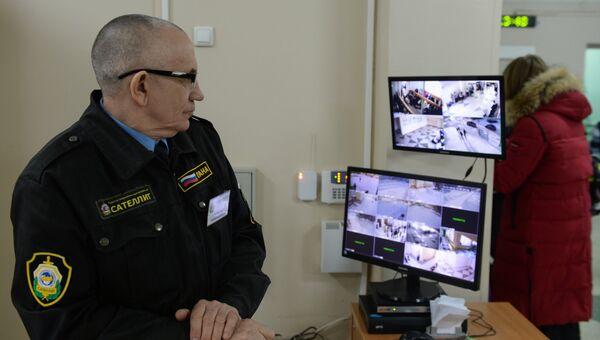 Сотрудник службы безопасности в средней общеобразовательной школе №210 в Новосибирске