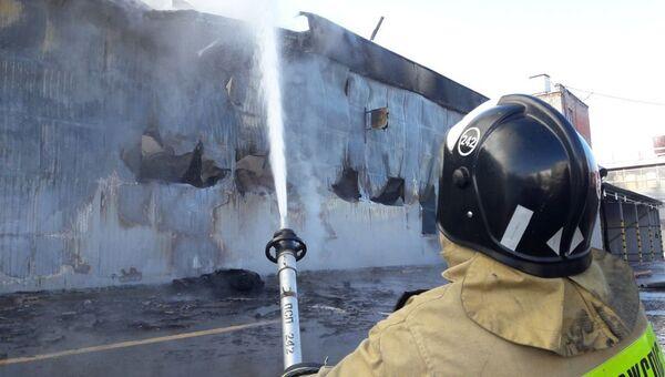 Тушенея пожара на складе. Архивное фото