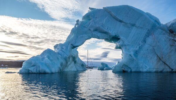 Айсберг у берегов одного из островов архипелага Земля Франца-Иосифа