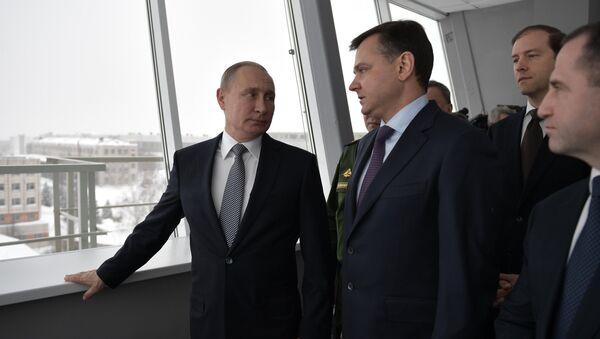 Президент РФ Владимир Путин и президент Объединенной авиастроительной корпорации Юрий Слюсарь во время посещения Казанского авиационного завода. 25 января 2018