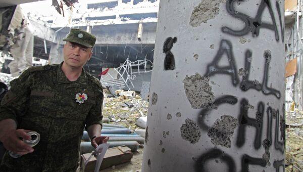 Заместитель командующего корпусом МО ДНР Эдуард Басурин у колонны с граффити, символизирующем погибших детей за время конфликта на Донбассе. 2016 год