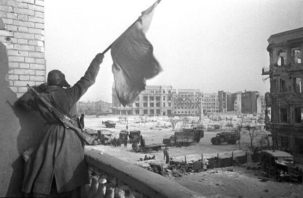 Великая Отечественная война 1941-1945 гг. Красный флаг над площадью Павших борцов, освобожденного Сталинграда