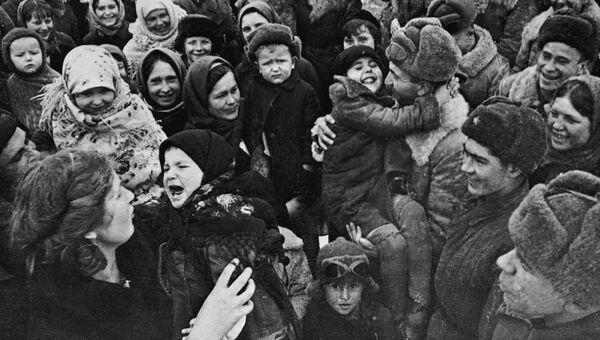Великая Отечественная война 1941-1945 гг. Население Сталинграда встречает освободителей