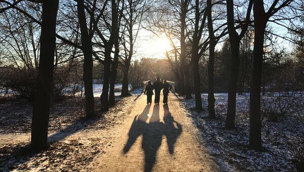Отдыхающие гуляют в парке Серебряный бор в Москве. Архивное фото