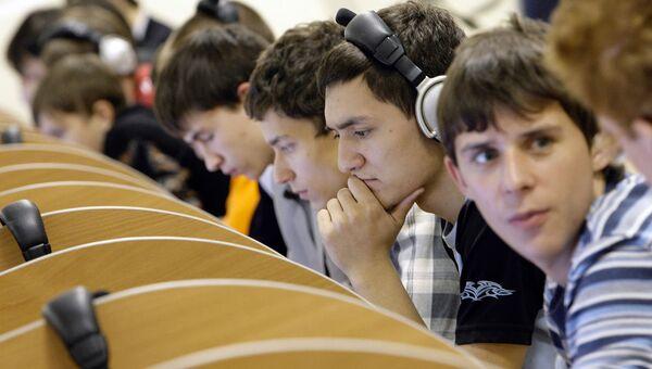Студенты во время практических занятий. Архивное фото