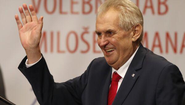 Действующий глава государства, кандидат на выборах президента Милош Земан приветствует своих сторонников в Праге, Чехия. 27 января 2018