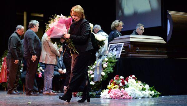 Церемония прощания с народной артисткой России Людмилой Сенчиной в Театре музыкальной комедии в Санкт-Петербурге