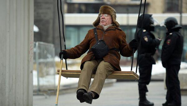 Мужчина катается на качелях перед началом несанкционированной акции в Москве в рамках Забастовки избирателей. 28 января 2018