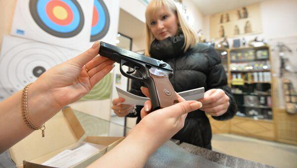Продажа оружия в оружейном магазине. Архивное фото