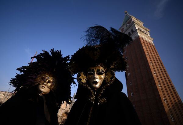Участники Венецианского карнавала на площади Сан-Марко в Италии. 28 января 2018 года