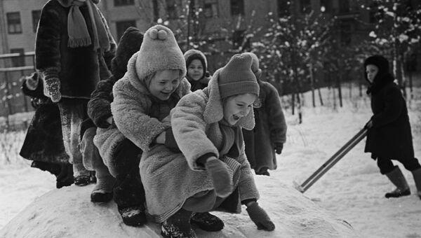 Воспитанники московского детского сада № 1075 на прогулке