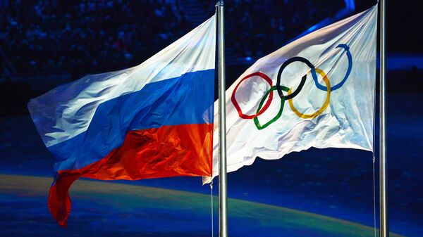 Олимпийский флаг и флаг России