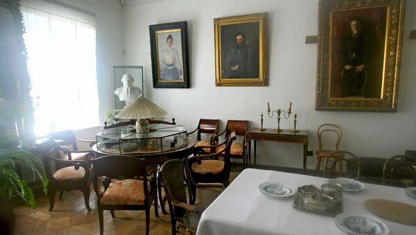 Гостиная в доме писателя Льва Толстого в музее-усадьбе Ясная Поляна