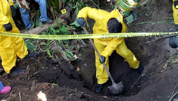 Раскопки на месте тайного захоронения в Мексике. Архивное фото