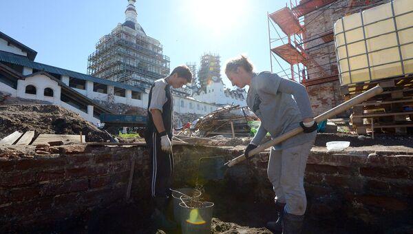 Волонтеры на археологических раскопках на территории монастыря