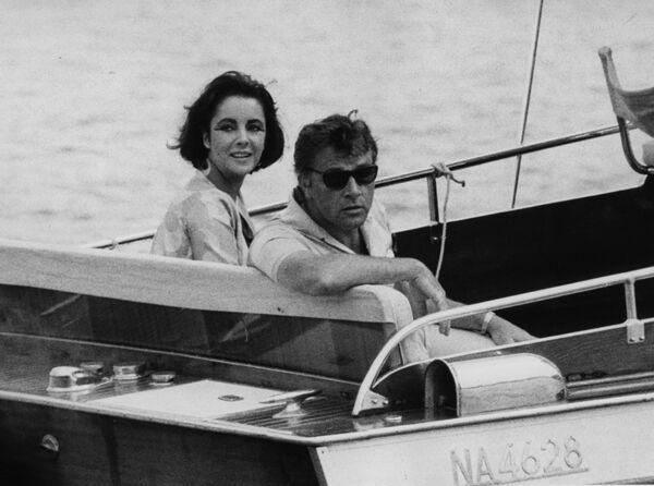 Ричард Бертон и Элизабет Тейлор во время прогулки на катере в Италии. 15 июня 1962