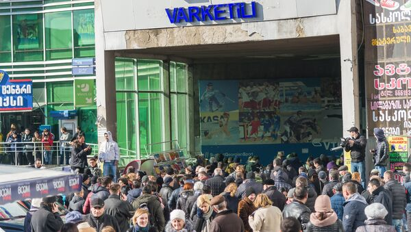 Люди у входа на станцию метро Варкетили в Тбилиси, где обрушился подвесной потолок. 30 января 2018
