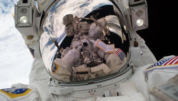Селфи астронавта NASA Марка Ванде Хей во время выхода в открытый космос. 23 января 2018 года