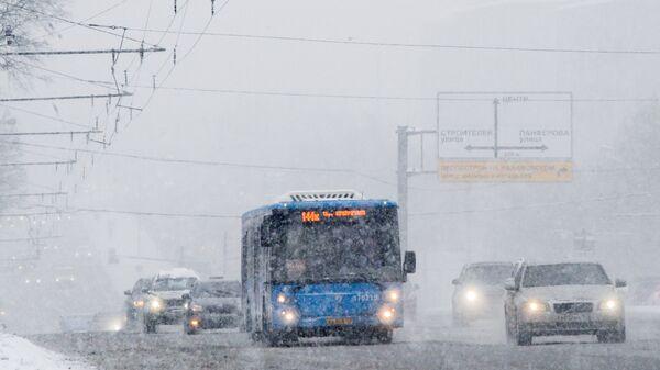 Автотранспорт во время снегопада в Москве