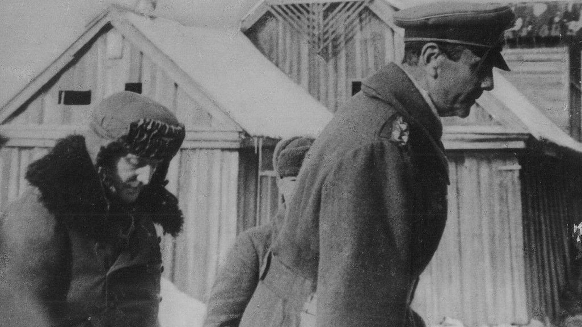 Пленного генерал-фельдмаршала Паулюса и его адъютанта конвоируют в штаб 64-й армии. 31 января 1943 - РИА Новости, 1920, 06.06.2021
