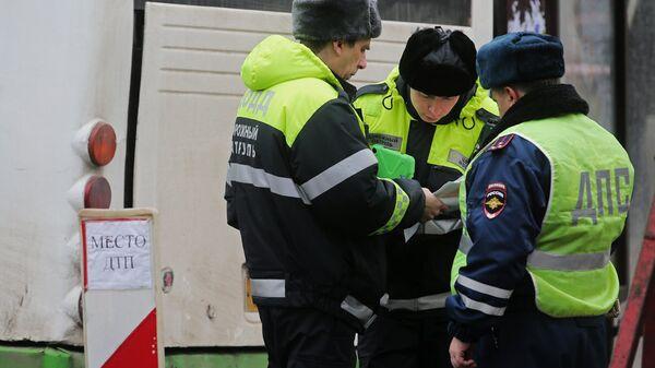 Сотрудники правоохранительных органов на месте ДТП