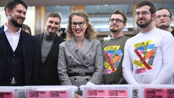 Ксения Собчак во время передачи в Центральную избирательную комиссию РФ подписей в поддержку регистрации на выборах. 31 января 2018