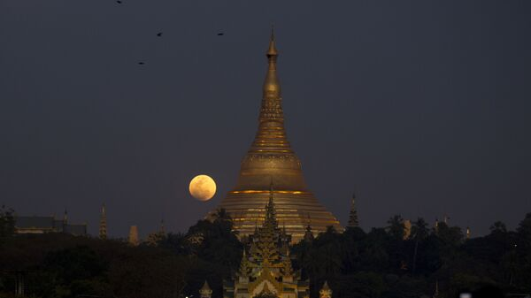 Полная луна над Пагодой Шведагона в Янгоне, Мьянма