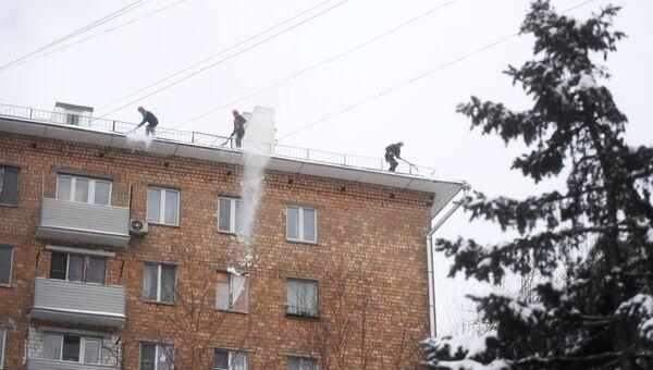Коммунальные службы Москвы ликвидируют последствия сильного снегопада