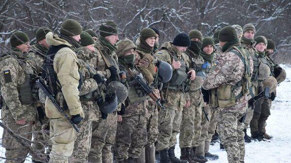 Военнослужащие вооруженных сил Украины на линии разграничения в Донбассе