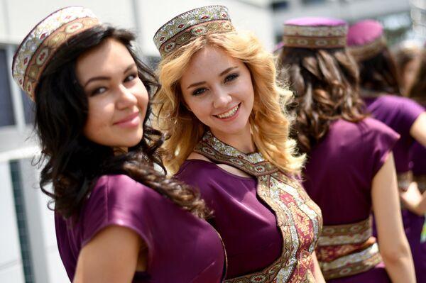 Грид-герлз перед началом Гран-при Формулы-1 в Баку, 19 июня 2016 года