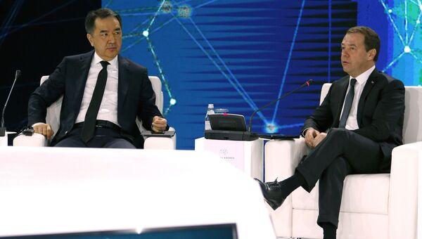 Дмитрий Медведев и премьер-министр Казахстана Бакытжан Сагинтаев на пленарной сессии международного форума Цифровая повестка дня в эпоху глобализации в Алма-Ате. 2 февраля 2018 2февраля 2018